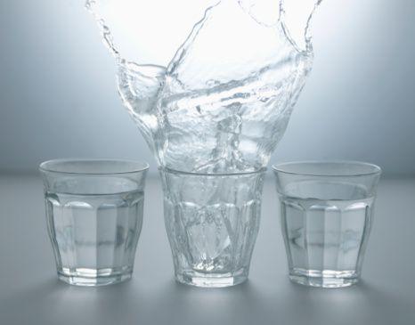 Tres vasos con agua