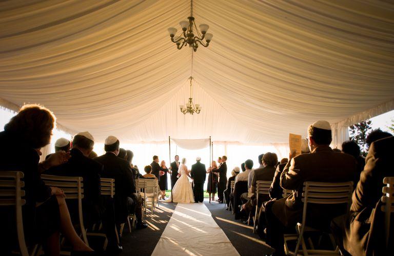 Programa general de una ceremonia de matrimonio judía estándar.