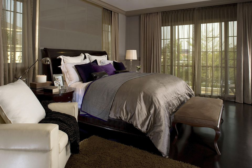 Ideas for decorating the bedroom with brown Dark curtains small room