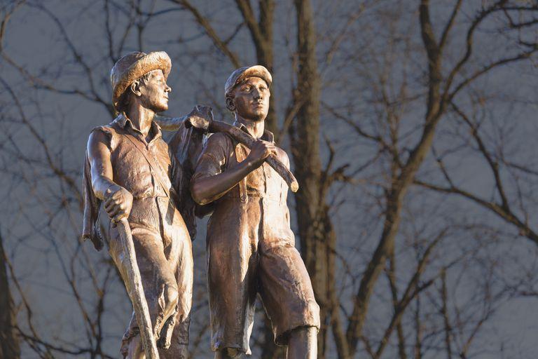 Tom Sawyer And Huckleberry Finn statue