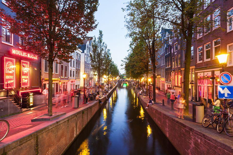 Netherlands, Amsterdam, De Wallen, Oudezijds Achterburgwal at twilight