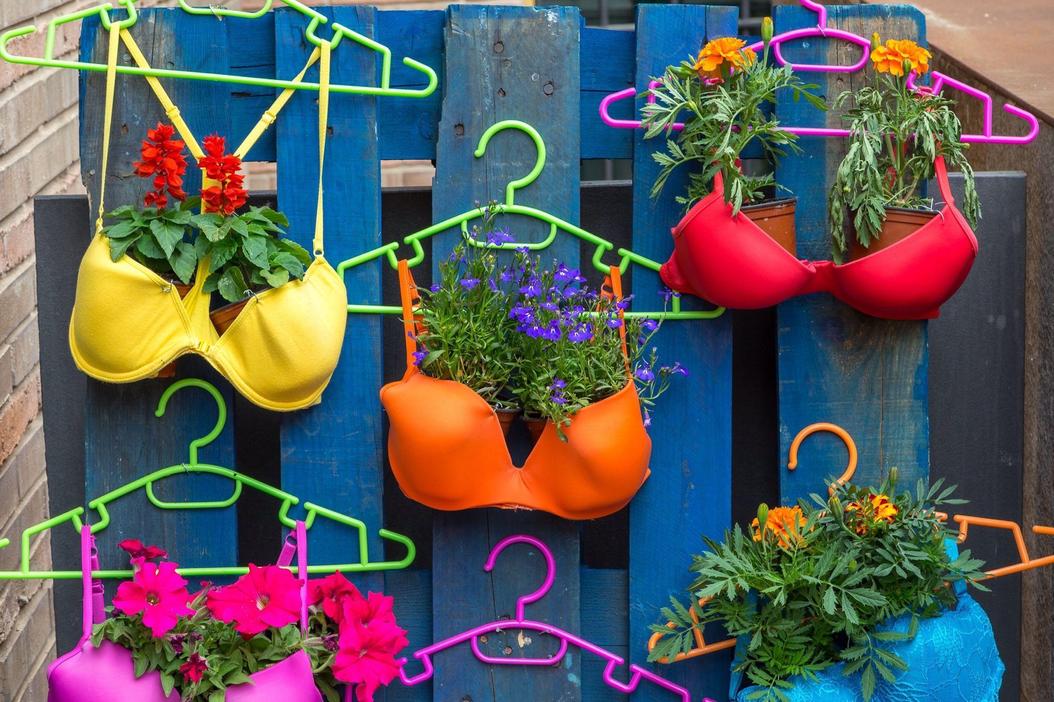 Jardines creativos 12 objetos reciclados convertidos en for Decoracion de casas con objetos reciclados