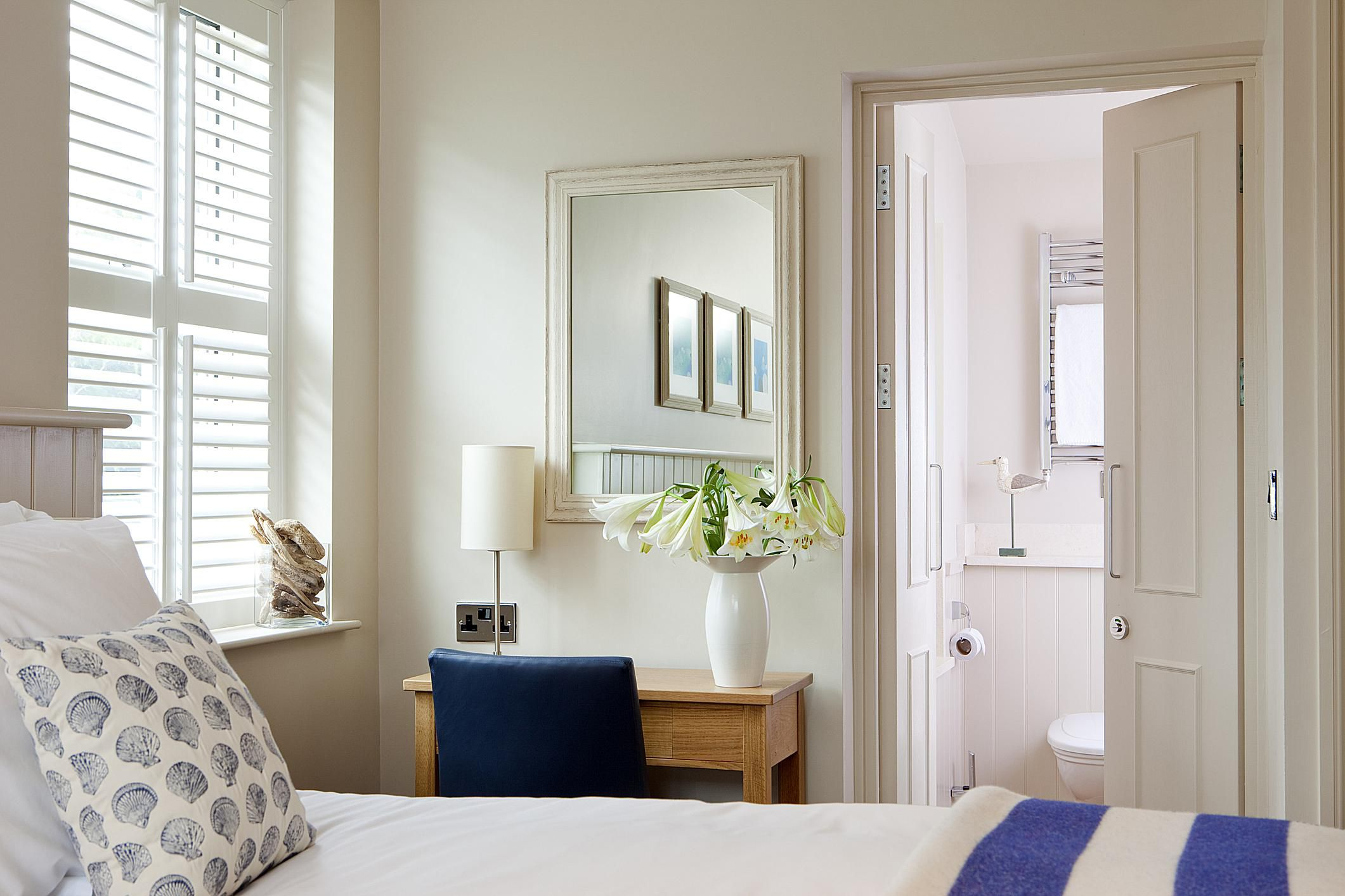 8 easy ways to make a small room look larger for Look for design bedroom
