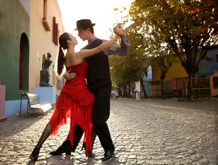 Los dos bailan el tango.
