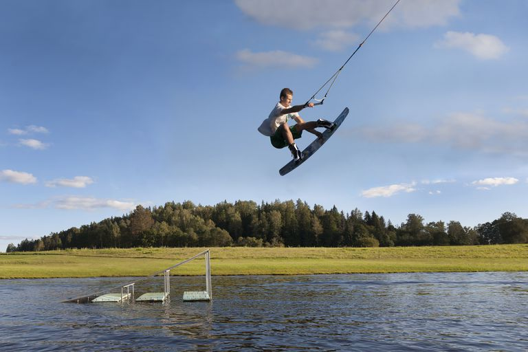 Estonia, Otepaa Wakepark, Young man wakeboarding