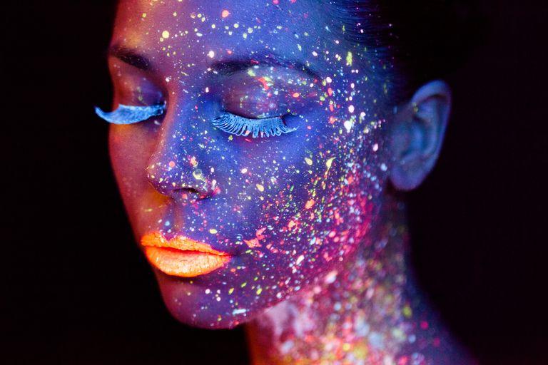 Mujer con luces de colores en su rostro