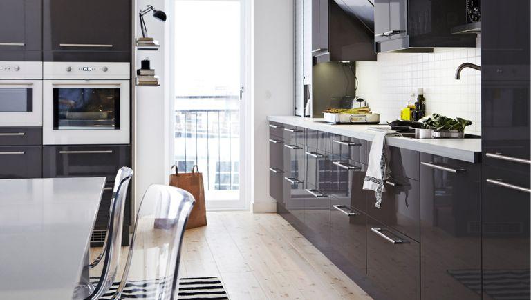 Cocina en gris y alto brillo de IKEA
