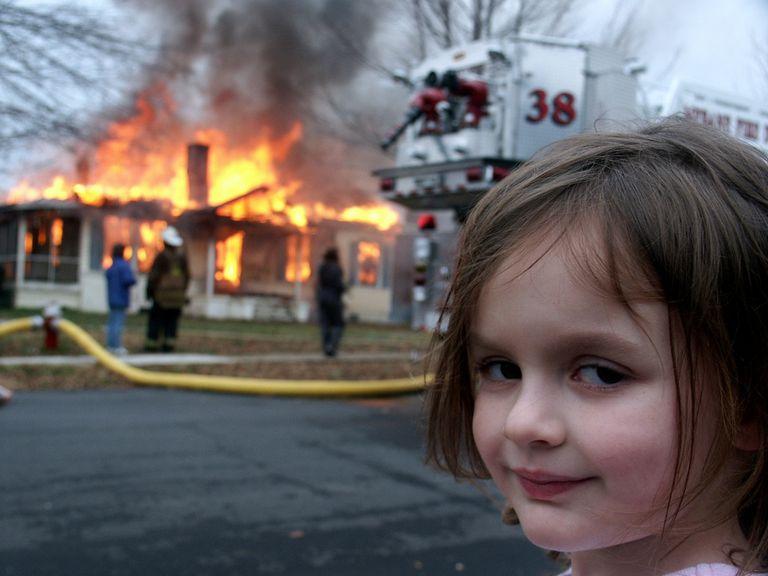 Meme de la niña de los desastres