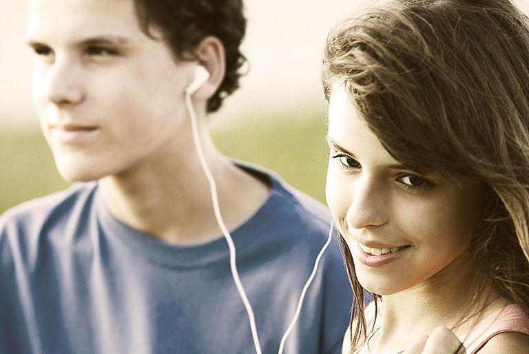 Teens_sharing_a_song.jpg