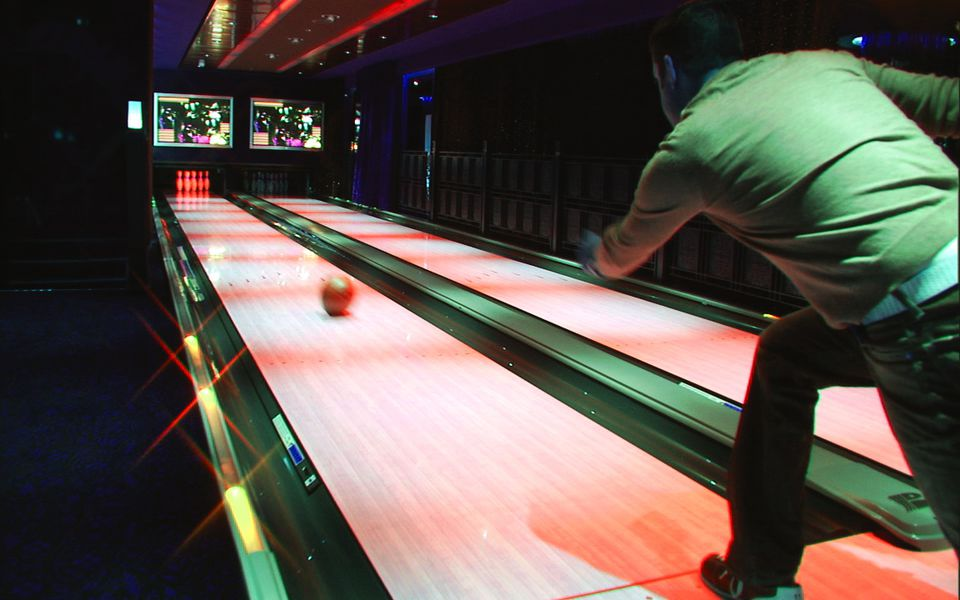 Bowling on the Norwegian Pearl cruise ship