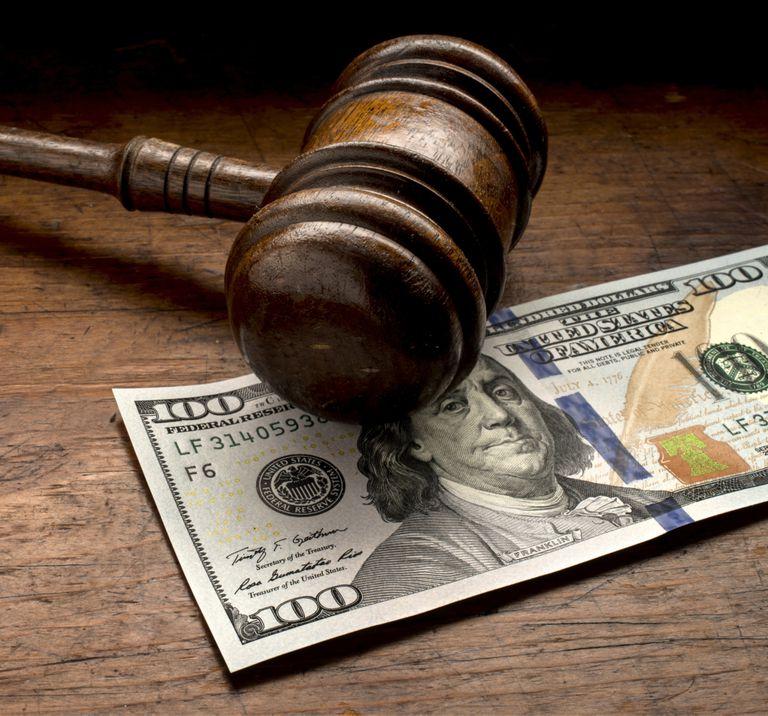 Martillo judicial y billete de $100 dólares.