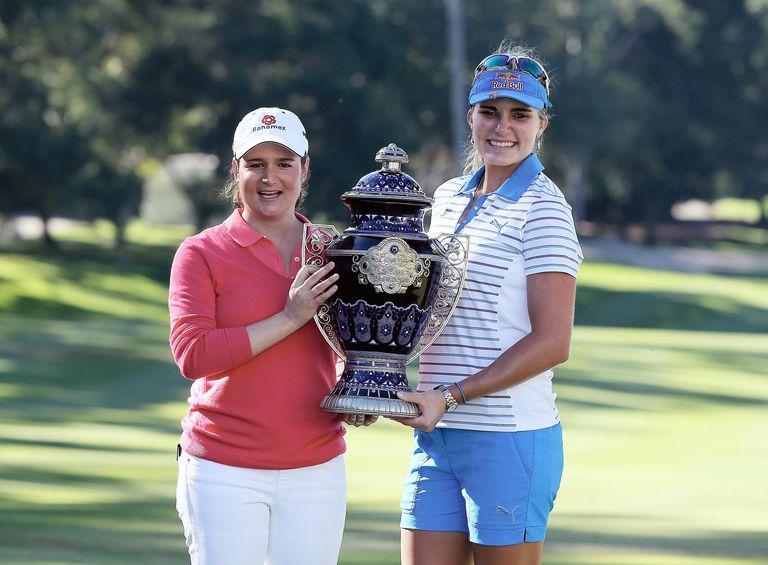Lorena Ochoa presents the trophy to Lexi Thompson at 2013 Lorena Ochoa Invitational