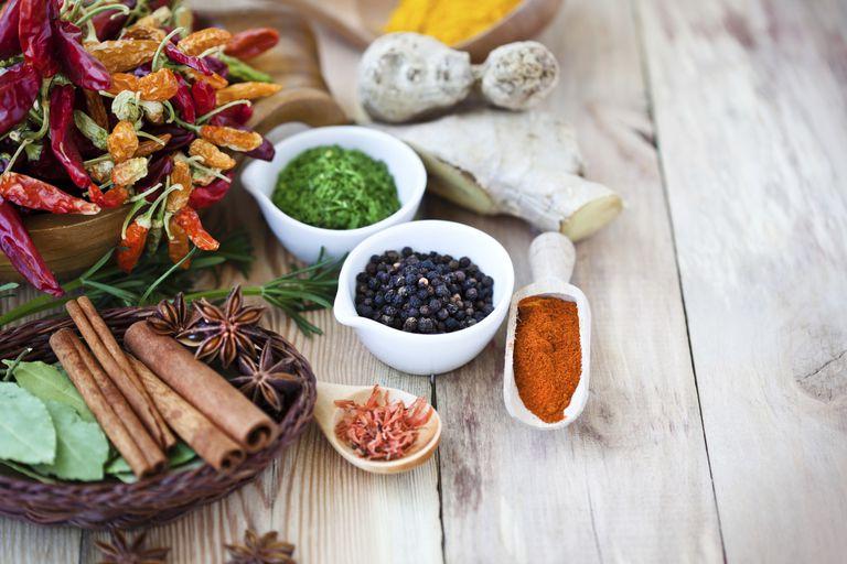 Especias y hierbas aromáticas para cocinar sin sal