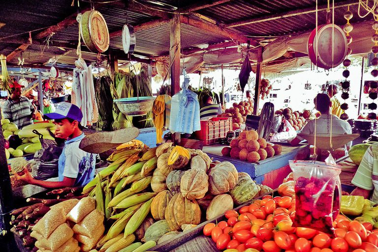 """Barranquilla market for lesson on """"hay que"""" other statements of necessity."""
