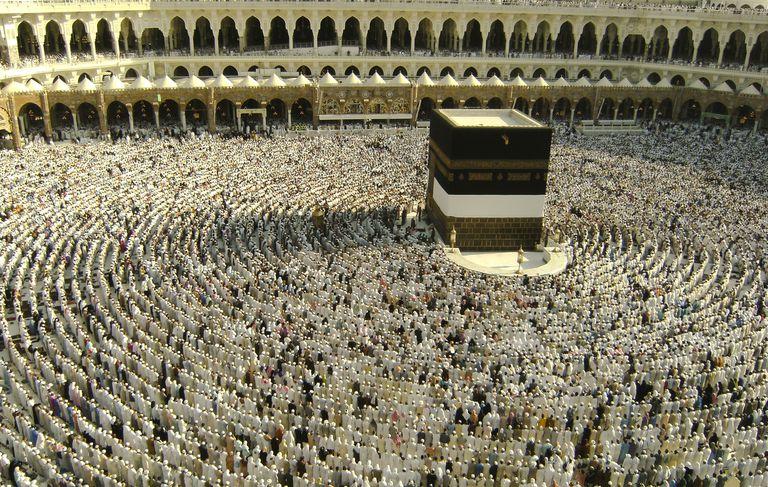 Muslim pilgrims get ready to pray in Mecca