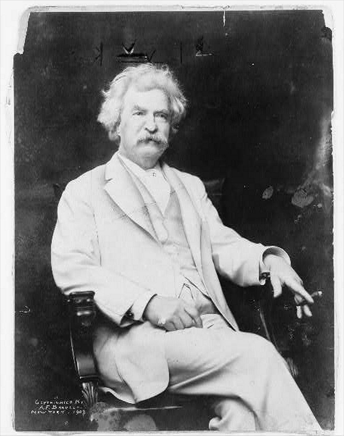 mark twain style of writing Mark twain is known for his repeated use of pointed satire and his use of vernacular dialogue, as well as his calculated yet carefree writing style, imagery, and use of child heroes in some of his most famous novels.