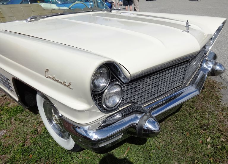 Sealed Beam Headlamp on a Lincoln
