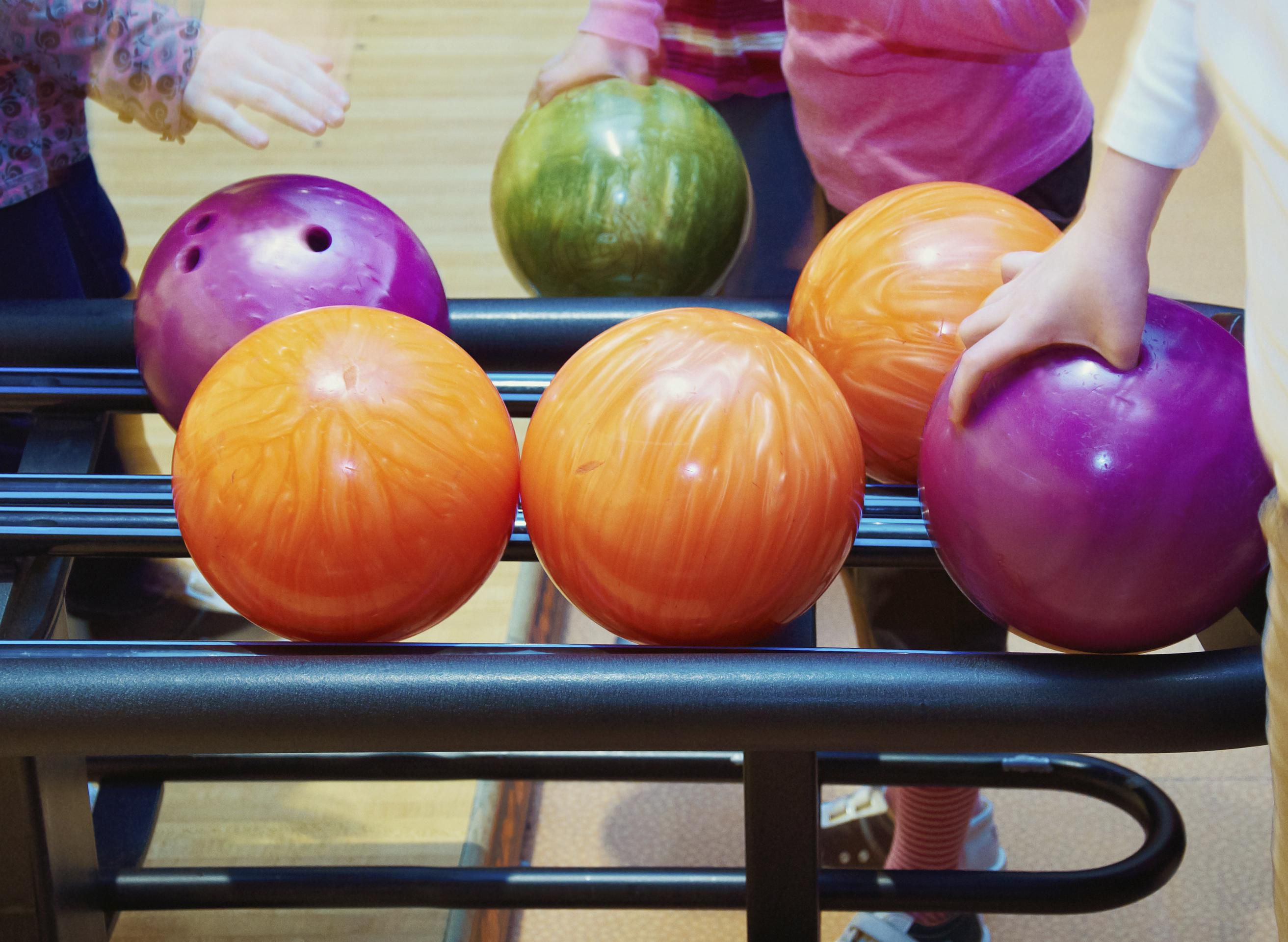 How much does a bowling ball weigh geenschuldenfo Choice Image
