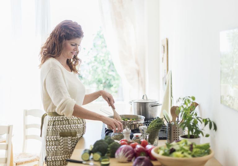 USA, New Jersey, Jersey City, Woman cooking in kitchen