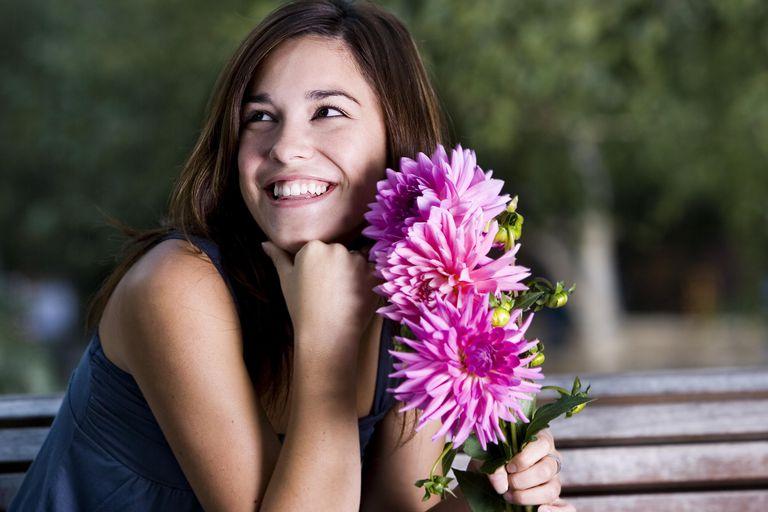 Mujer con ramo de flores