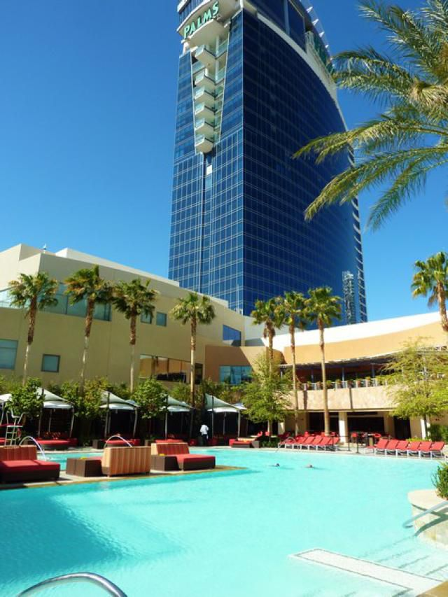 Finding the cheap and the free at las vegas hotels for Pool show las vegas november