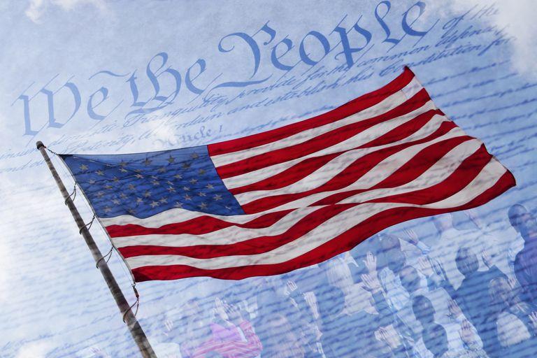 Bandera de Estados Unidos sobre texto de la Declaración de Independencia