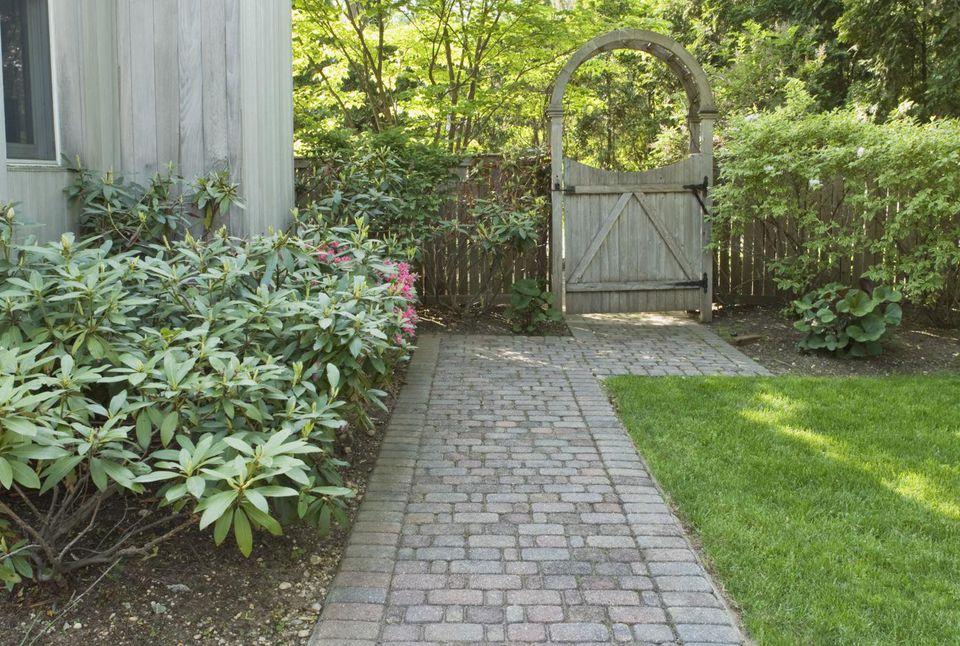 Landscaping ideas for side yards for Back garden design ideas ireland