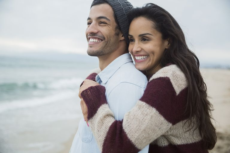 pareja hispana feliz en la playa