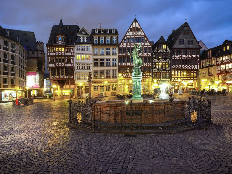 Germany, Hesse, Frankfurt, Roemerberg, Fountain of Justice at dusk