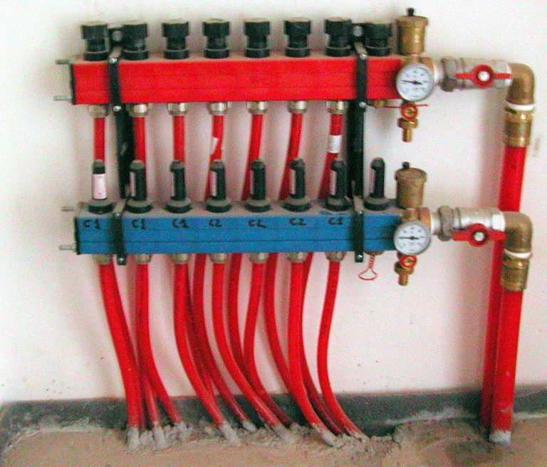 Radiant heating system manifold using PEX tubing