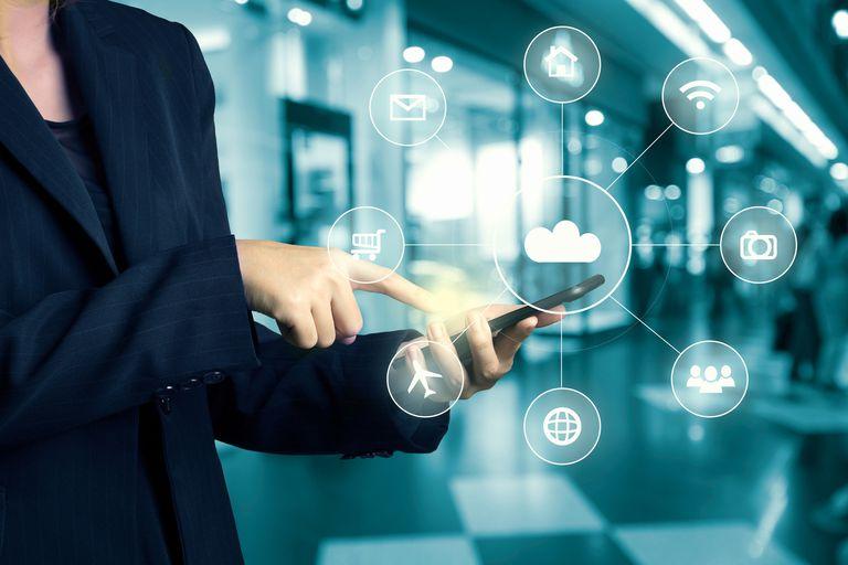 Tangan ahli perniagaan menggunakan pusat membeli-belah omni-saluran telefon bimbit dengan aliran ikon hi tech pada blur pusat membeli-belah latar belakang abstrak kabur