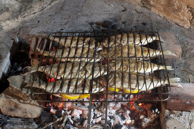5 grandes pescados para hacer a la parrilla - Parrillas para pescado ...