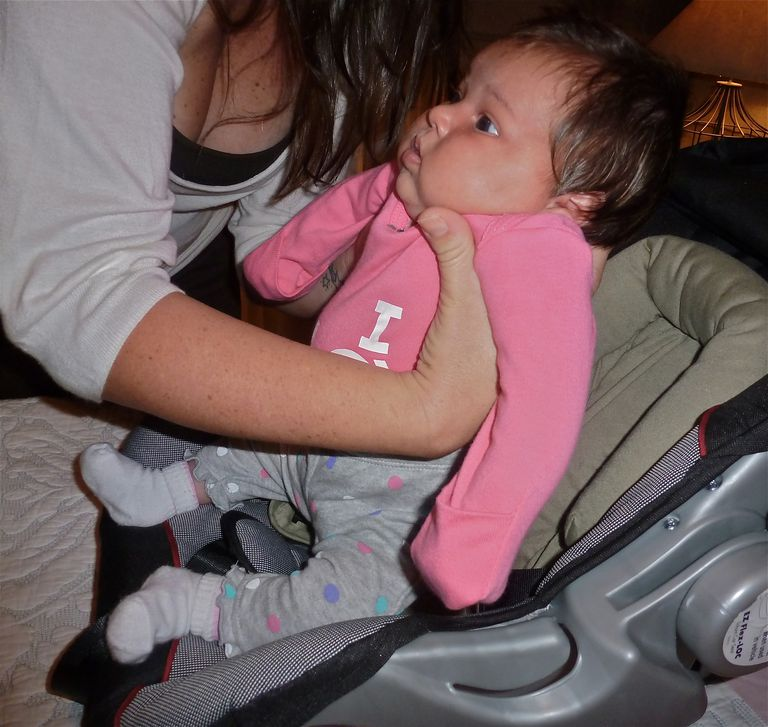 C mo asegurar a tu beb en la silla de auto for Silla bebe 6 meses