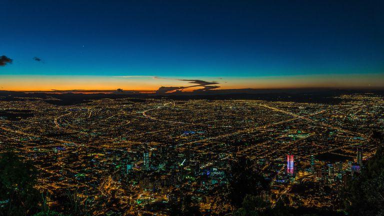 Vista nocturna de Bogotá desde el Cerro de Monserrate.