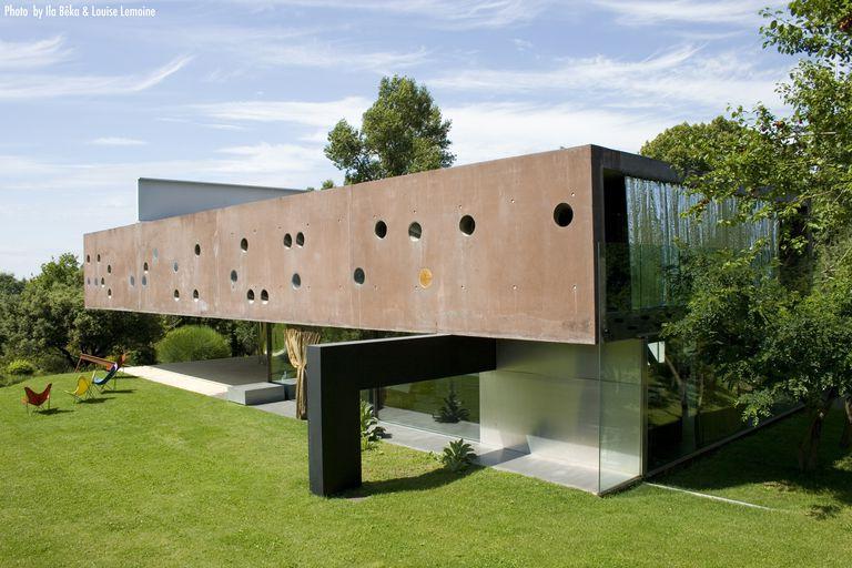Exterior of Maison à Bordeaux by Rem Koolhaas, 1998.