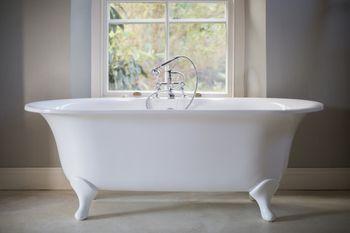 Acrylic vs cast iron clawfoot bathtubs for Garden tub vs standard tub