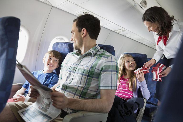 Familia disfrutando de un viaje en avión