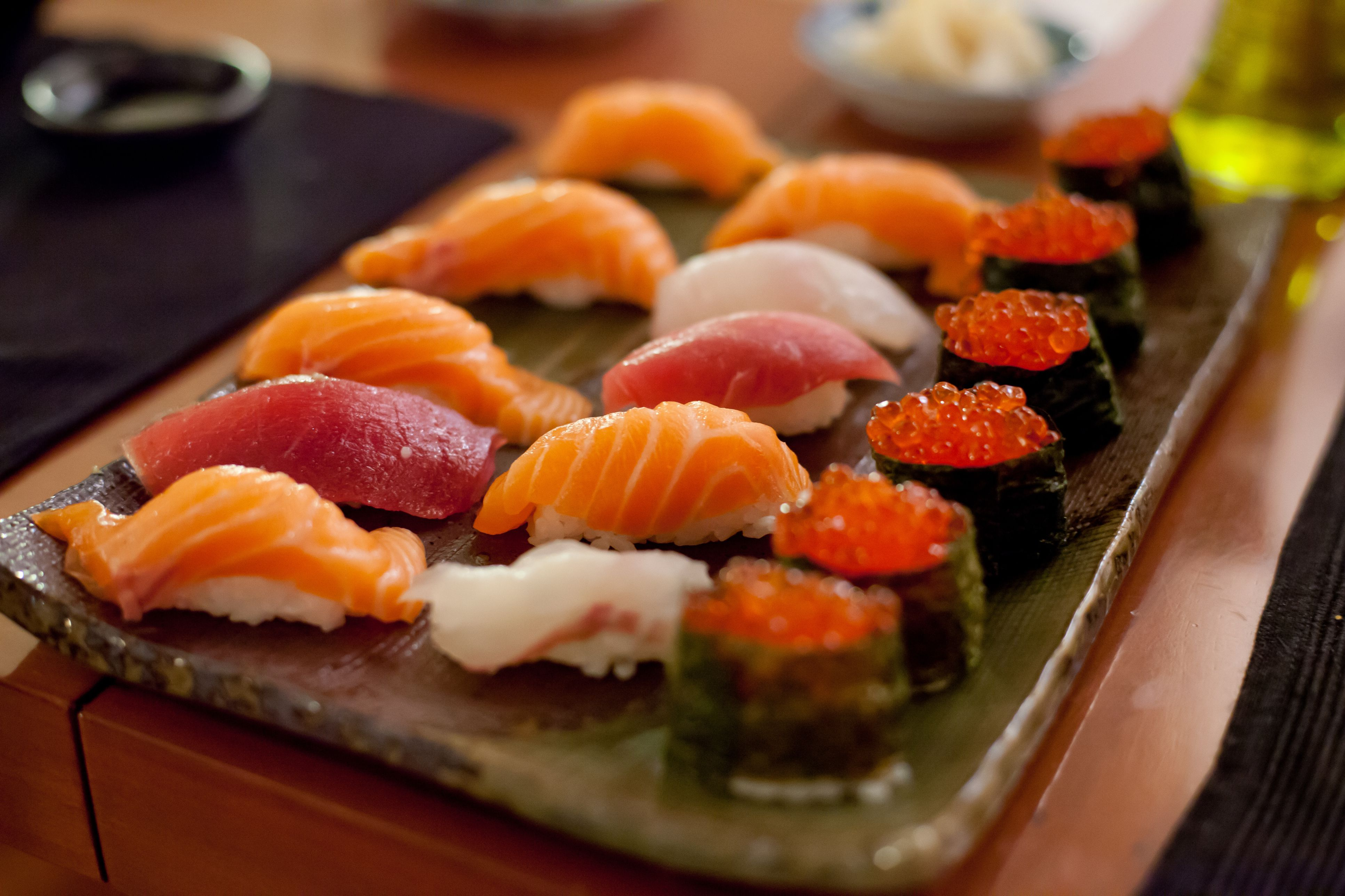 https://fthmb.tqn.com/7lP7IHB9BTUzAv57vtCxVq9I_vw=/3867x2578/filters:fill(auto,1)/sushi-plate-56a378d33df78cf7727d84f9.jpg