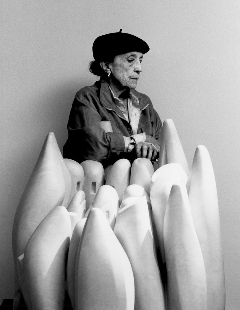Louise Bourgeois in 1990 with her marble sculpture Eye to Eye (1970)