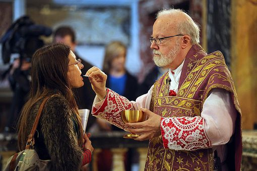 Cardinal O'Malley Distributes Communion