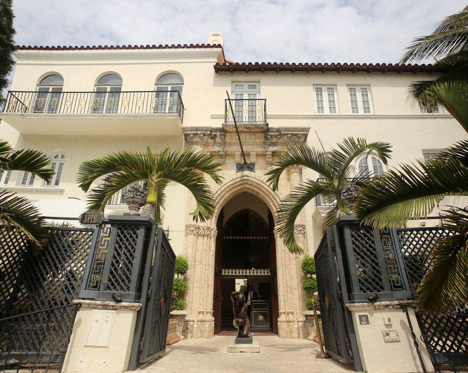 A walking tour of florida 39 s miami beach for Versace mansion miami tour