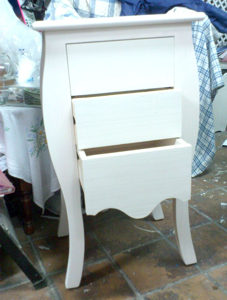 Pintar muebles de madera decorarlos y transformarlos for Pintar muebles lacados en blanco
