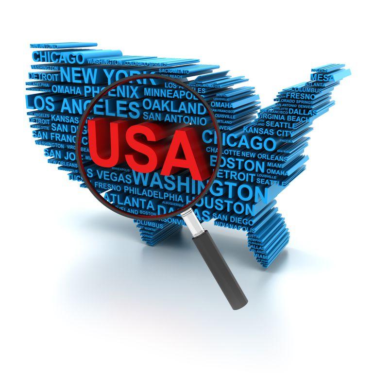 Mapa de Estados Unidos con una lupa encima.