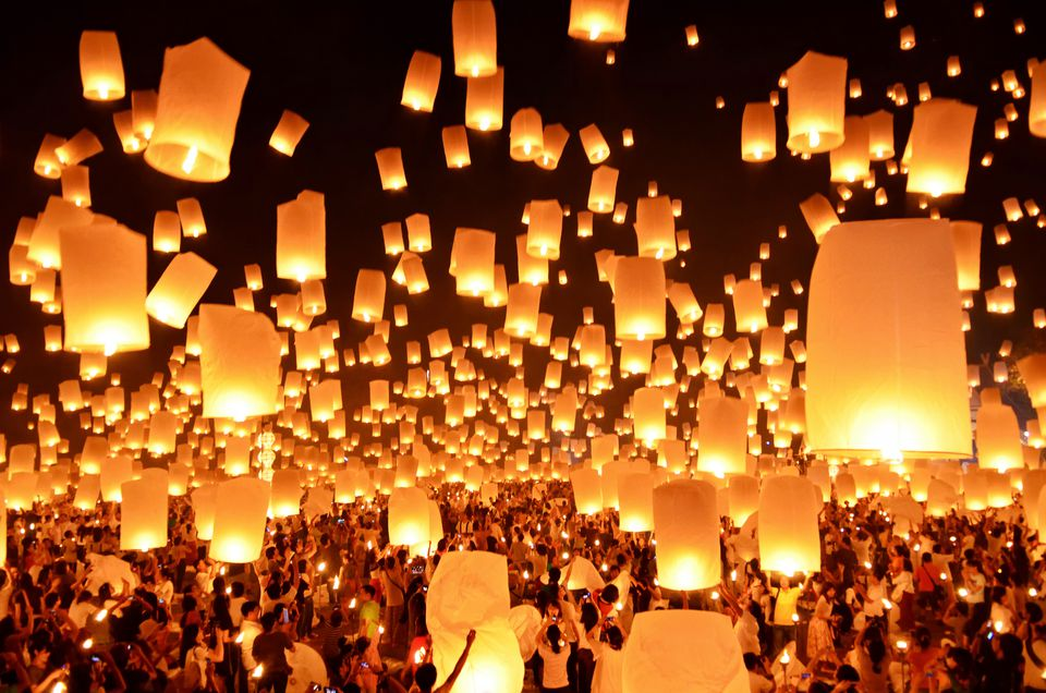 Floating Lanterns : Loi Krathong Festival in Thailand