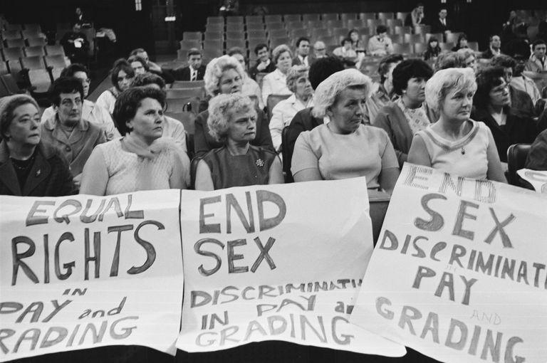 Un grupo de trabajadoras de Ford asisten a una conferencia sobre los derechos de las mujeres, en 1968.