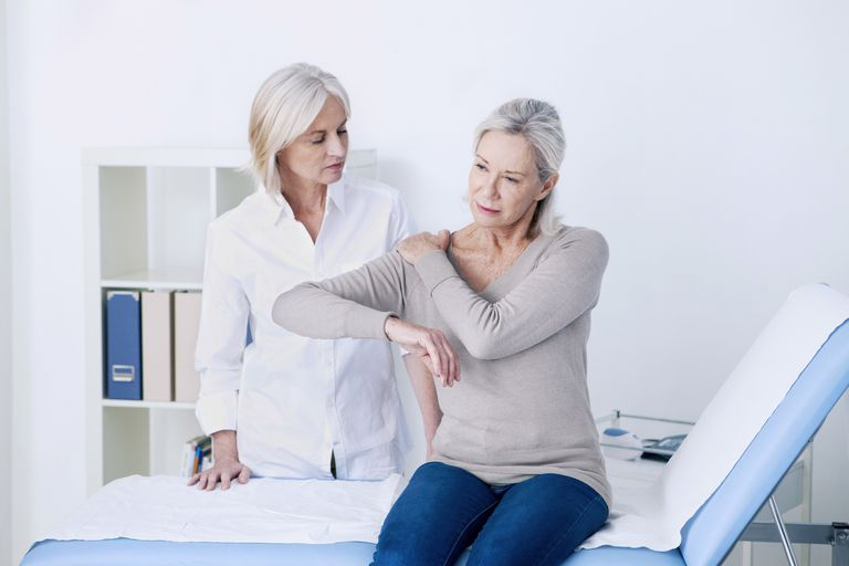 older women talking about possible liver cancer symptoms such as right shoulder blade pain