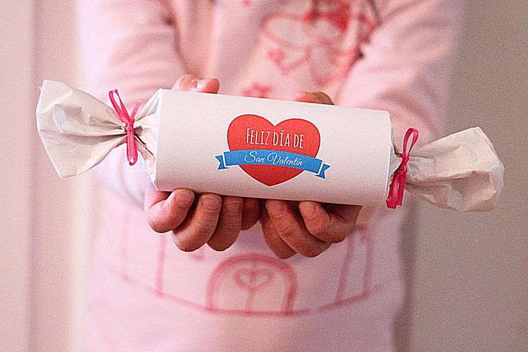 Manualidad de San Valentín creada con rollos de papel higiénico