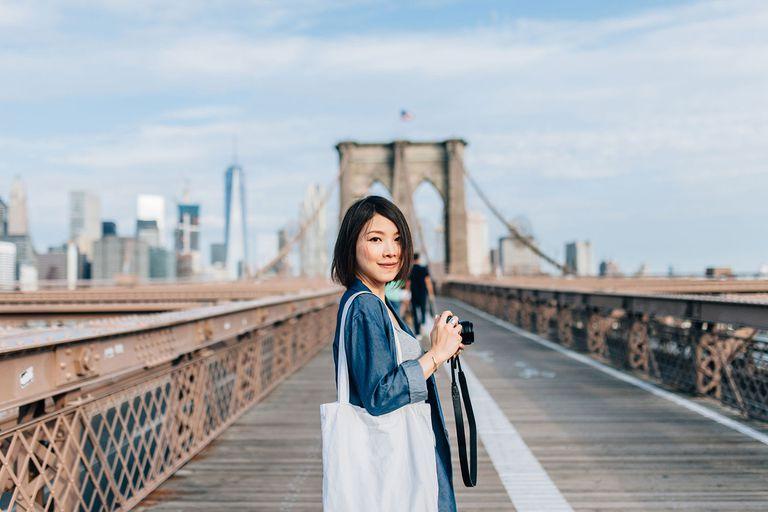 Turista tomando una foto en Brooklyn Bridge