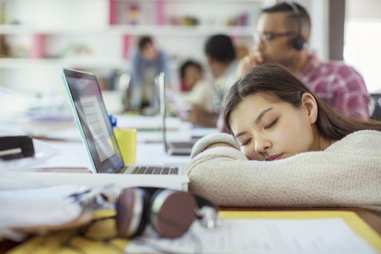 sleepy woman está cansada