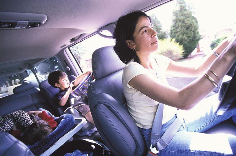 madre hispana con niños en el coche